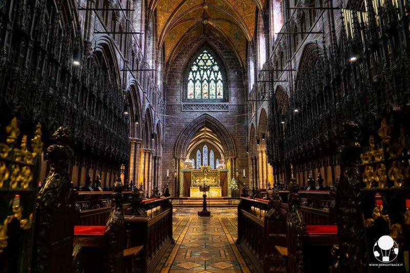 chester-cattedrale-presbiterio-con-panche-in-legno-e-pulpito-berightback