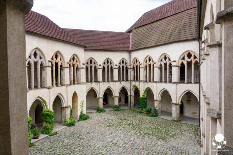castello-zvikov-boemia-meridionale-cortile-interno-palazzo-reale-stile-rinascimentale-berightback