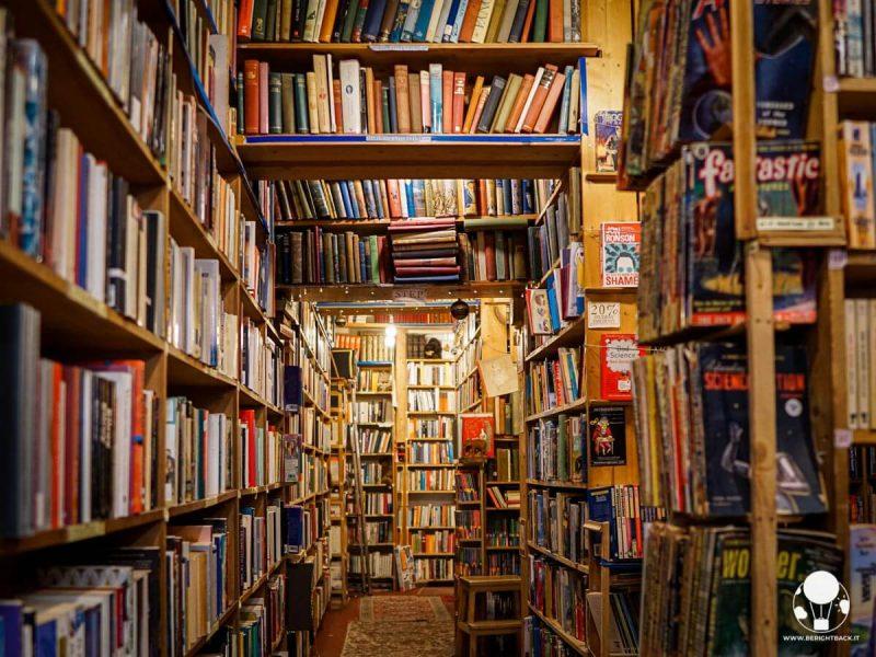 L'interno della libreria Armchair Books di Edimburgo