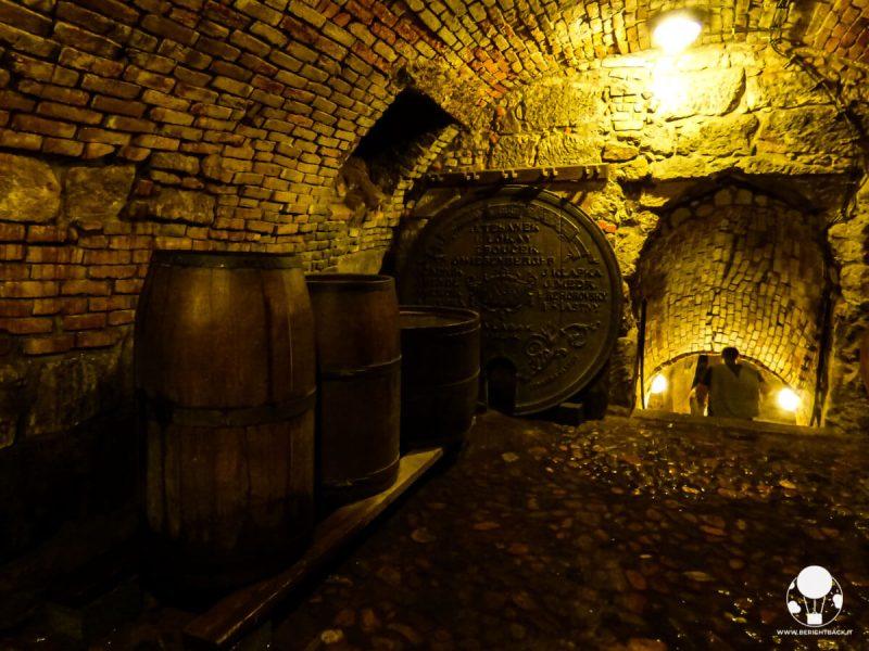 Ingresso ai sotterranei di Plzeň con antichi barili di birra