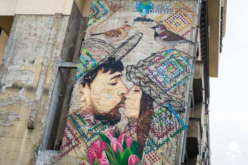 belgrado-street-art-dorcol-coppia-bacio-viaggio-berightback