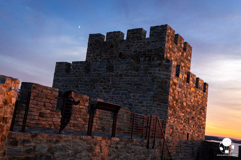 Fortezza di Ram, la luna si affaccia alle spalle del torrione