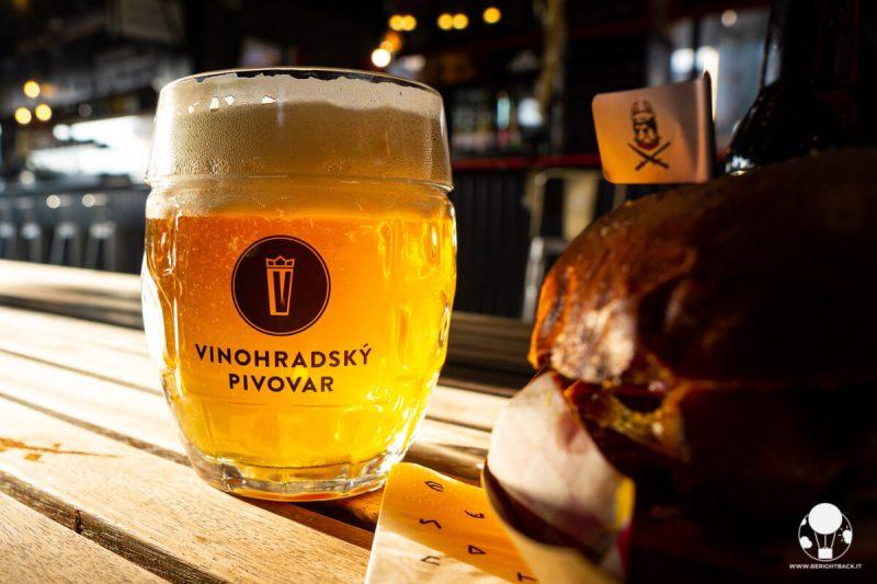 Manifesto Market di Praga, un boccale di birra appena spillata