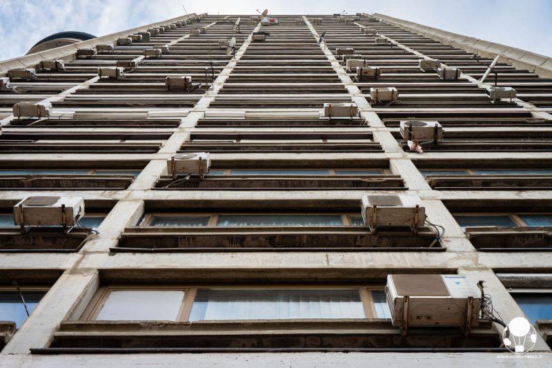 Genex Tower, condizionatori e finestre della torre residenziale