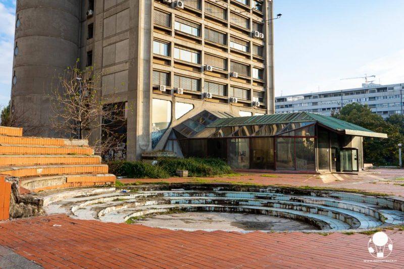 Genex Tower, ingresso della parte commerciale e fontana in stato di abbandono