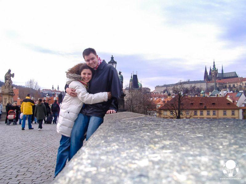 Coppia abbracciata sul Ponte Carlo di Praga