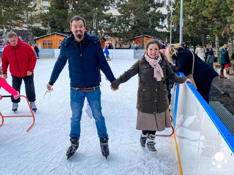 Coppia per mano che pattina sul ghiaccio