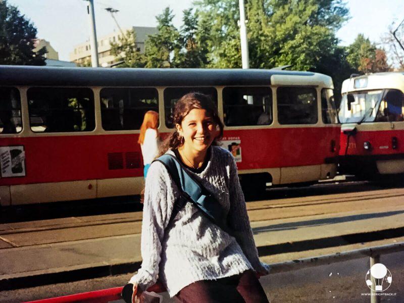 Ragazza con tram alle spalle, Praga 2000