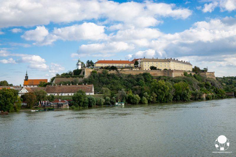 La fortezza di Petrovaradino vista dal Varadinski Most