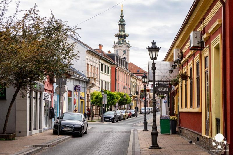 Strada colorata di Novi Sad con la chiesa di San Giorgio sullo sfondo
