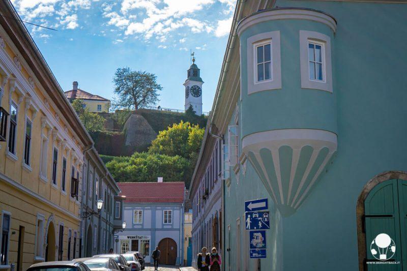 Le case color pastello della municipalità di Petrovaradino, Novi Sad