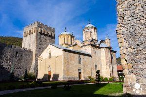 La chiesa della Santissima Trinità a Manasija circondata da torri e mura
