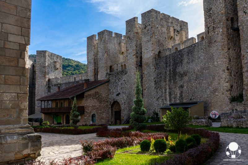 Quattro torrioni vegliano l'ingresso al monastero di Manasija, Serbia centrale
