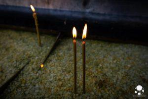 Due candele accese tra le mura del monastero di Manasija, Serbia
