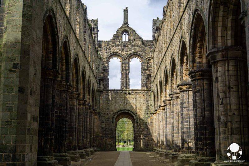 Navata centrale delle rovine dell'abbazia di Kirkstall, Leeds