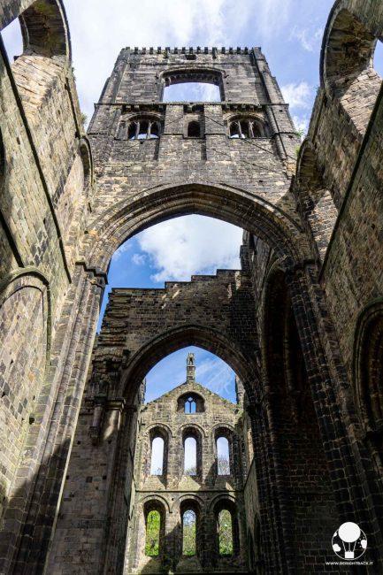 Resti del campanile e degli archi dell'abbazia di Kirkstall, Leeds