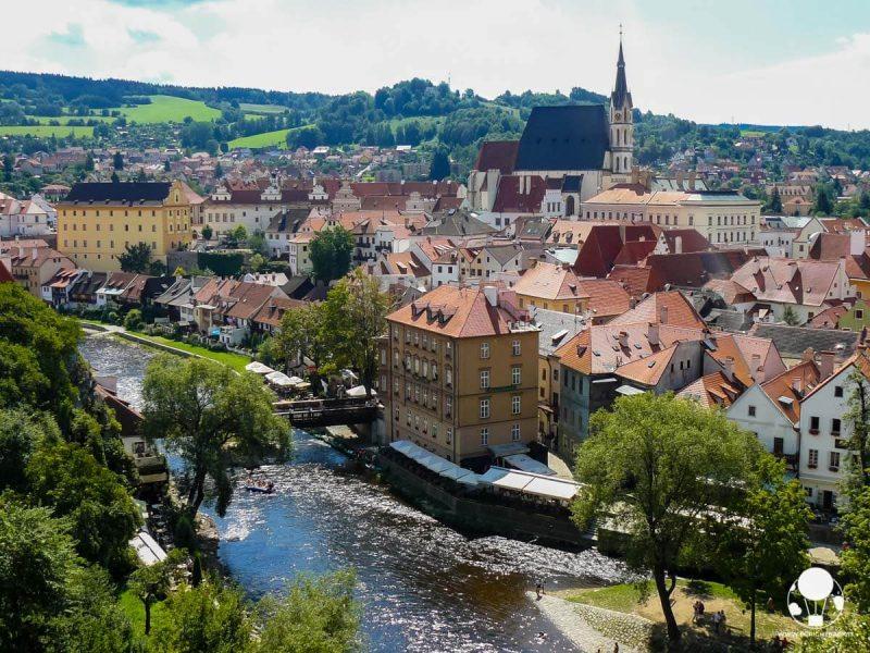 cesky-krumlov-borgo-medievale-citta-interna-con-chiesa-di-san-vito-berightback