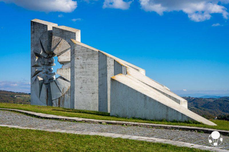 Piloni di cemento nella parte finale del memoriale di Kadinjača