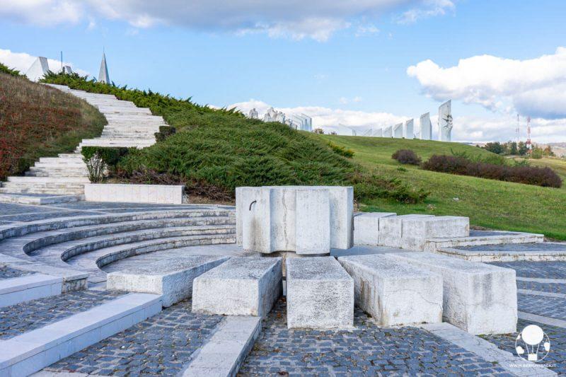 Fontana futurista all'ingresso del memoriale di Kadinjača
