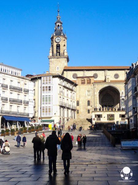 vitoria gasteiz capitale paesi baschi spagna piazza della vergine bianca e chiesa di san michele arcangelo
