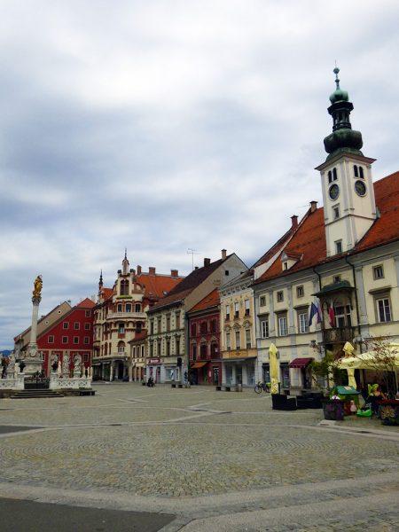 maribor marburgo slovenia piazza centrale con municipio e colonna