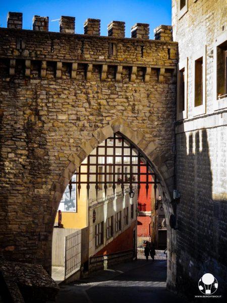vitoria gasteiz capitale paesi baschi spagna mura medievali cittadine con porta e cancello