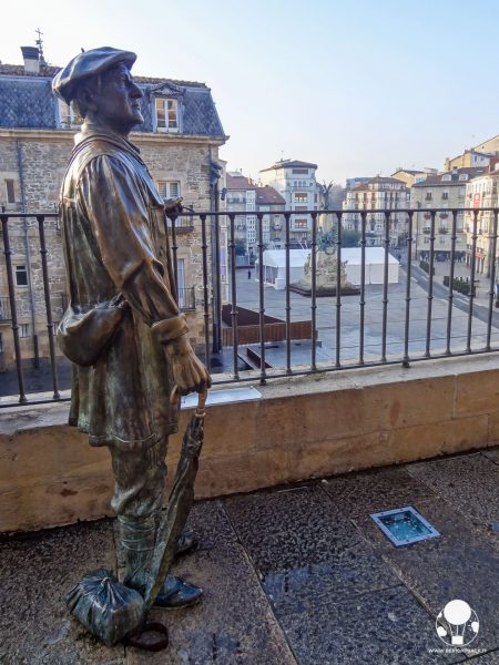 vitoria gasteiz capitale paesi baschi spagna statua celedon con ombrello festa